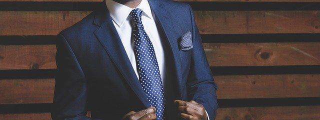 společenský oblek s kravatou