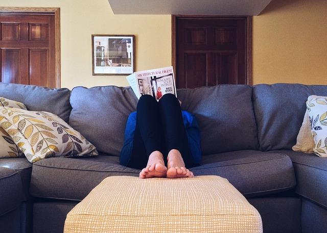 člověk, noviny, pohovka, polštáře