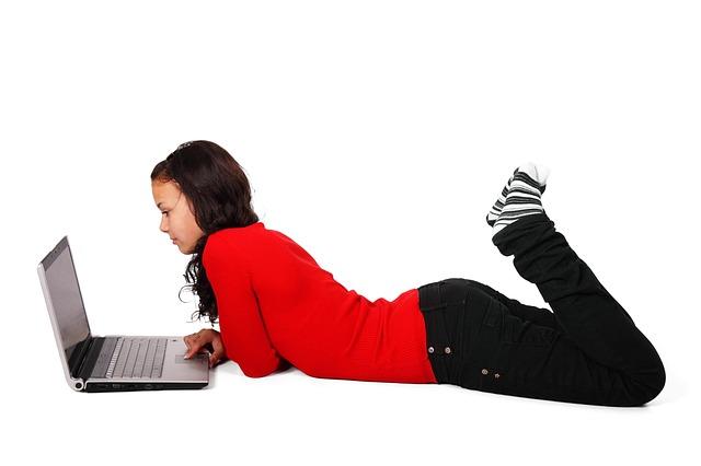 ležení u laptopu