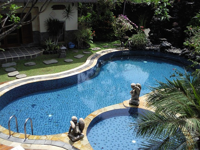 sochy u bazénu