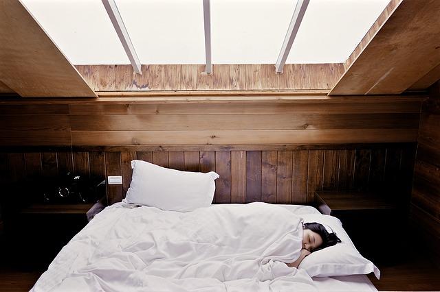 postel pod oknem.jpg