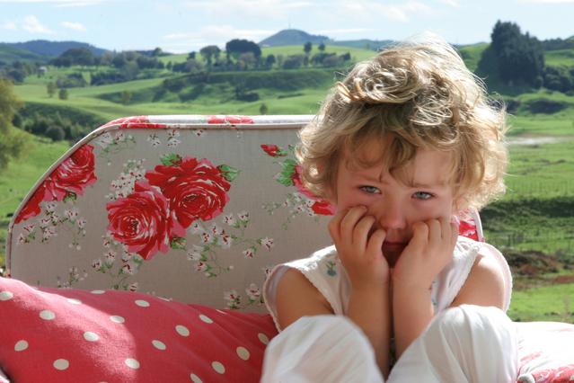 smutné dítě za slunečného dne v přírodě