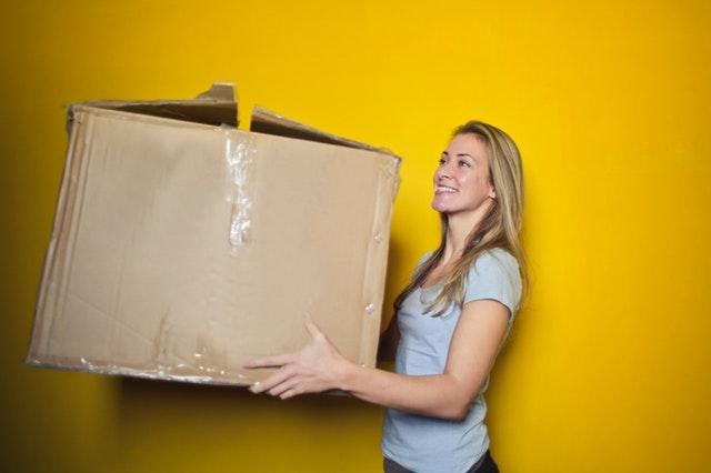 žena nese velkou krabici