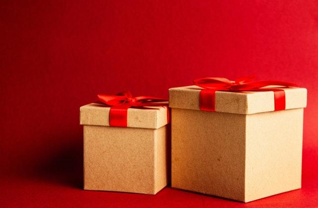 dvě dárkové krabice, v červené mašli